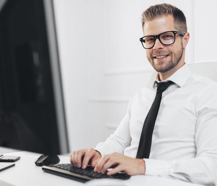 successful-businessman-working-in-his-office-5MJ8DSK-parssear4f6cd3sf0wozf8pw6jpfdyarm6v8opchv4
